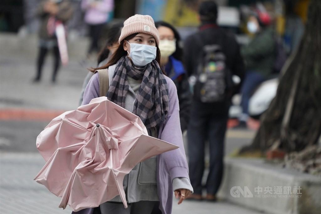 中央氣象局預報2020年入冬首波寒流30日快速南下,大台北地區可能連續40小時的低溫都在攝氏10度以下。(中央社檔案照片)