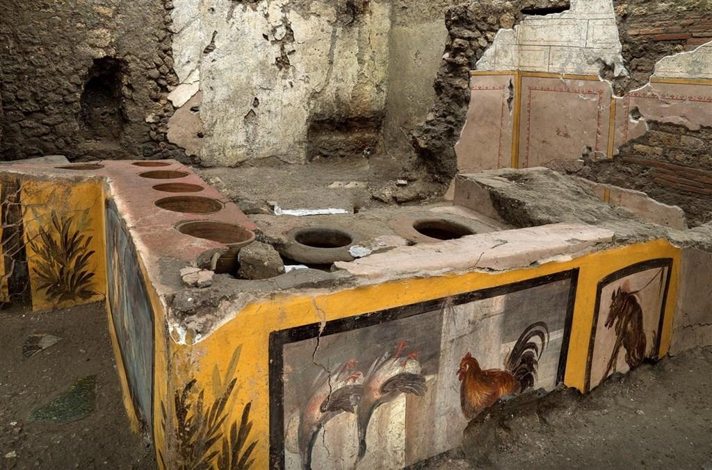 考古團隊在義大利龐貝發現一處保存異常完整、有鮮艷壁畫裝飾的熟食攤。(路透社)