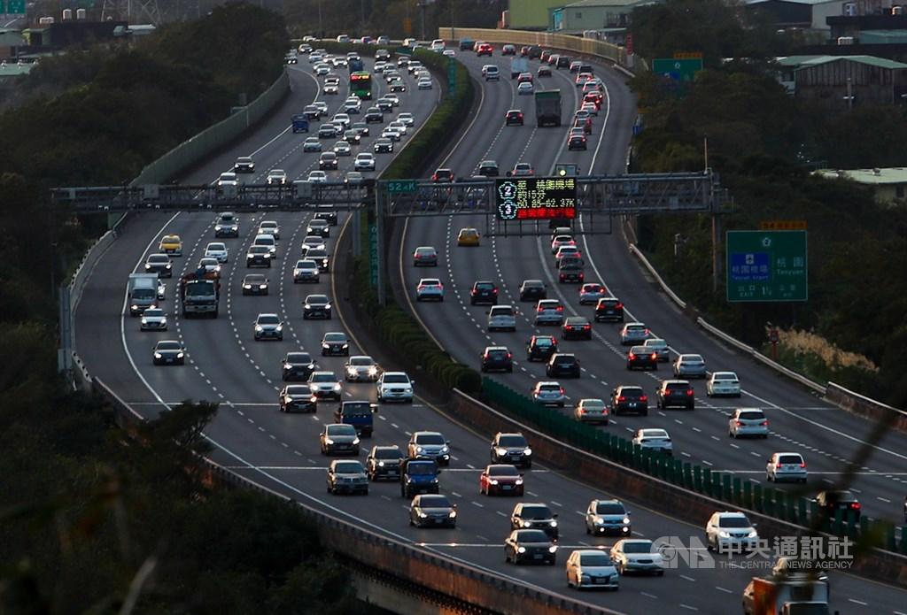 元旦連續假期首日,國道3號北部路段傍晚南北雙向車多,但仍能維持一定車速。中央社記者王騰毅攝 110年1月1日