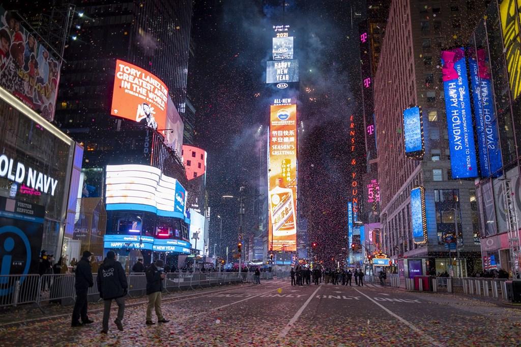 武漢肺炎疫情大流行,世界各地的跨年慶祝較往年更加謹慎與限縮。以往跨年勝地之一的紐約時報廣場,傳統的降球儀式雖仍照常,但這次不開放人群進入。(美聯社)