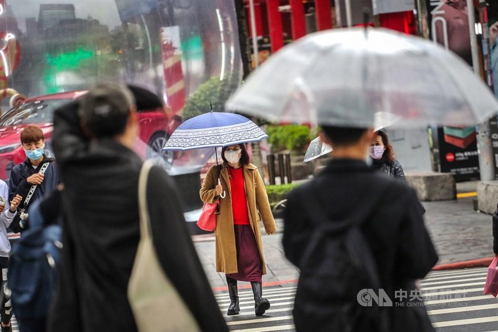 氣象局表示,7日起受東北季風加冷空氣影響,有機會達寒流等級,8、9日最冷,台南以北、宜蘭低溫約攝氏8至10度。(中央社檔案照片)