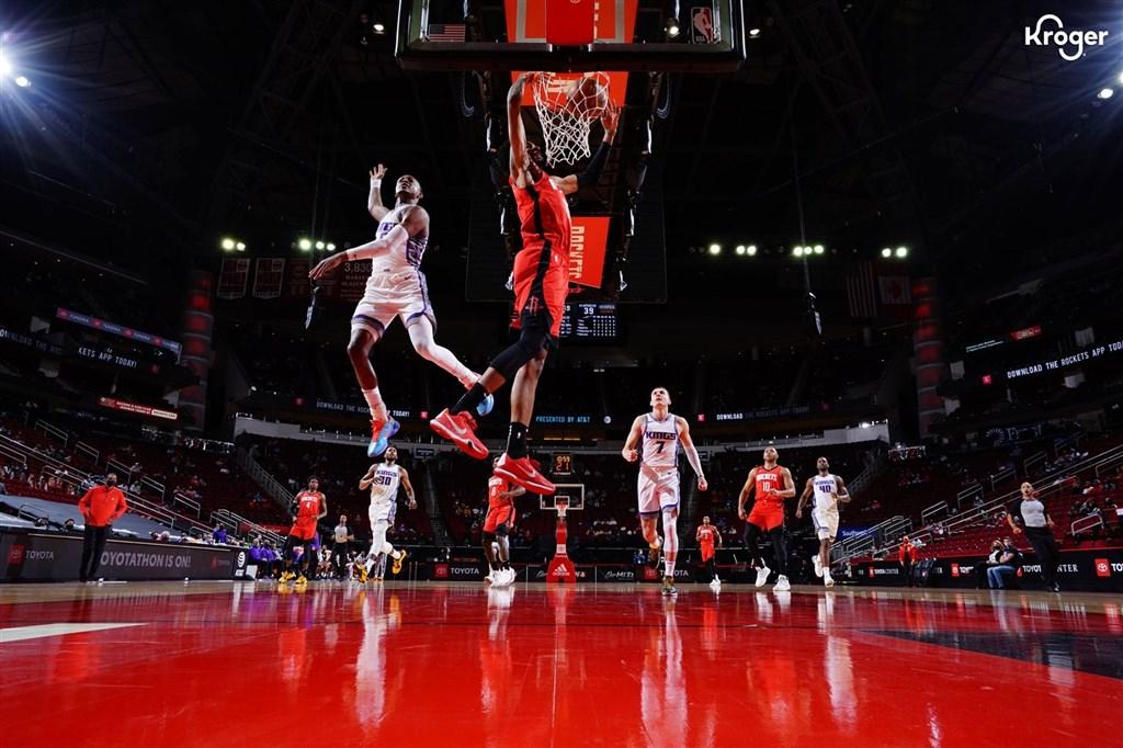 NBA火箭(紅衣)2日靠沃爾收下全場最高的28分、6助攻、3抄截,以102比94獲勝,連兩戰擊敗國王。(圖取自twitter.com/houstonrockets)