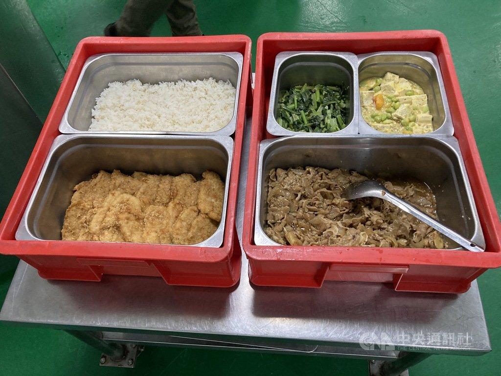台北市政府教育局4日表示,將在半年內完成共832場次的學校中央廚房等校園肉品專案查核,加上例行的聯合查核,共877場次,確保學生吃到國產豬。中央社記者陳昱婷攝  110年1月4日
