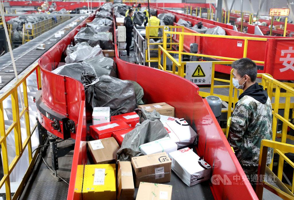 陸媒報導,中國國家郵政局長馬軍勝4日指出,中國2020年快遞業務量達到830億件,比2019年成長30.8%。圖為北京一家快遞分撥中心。(中新社提供)中央社 110年1月4日