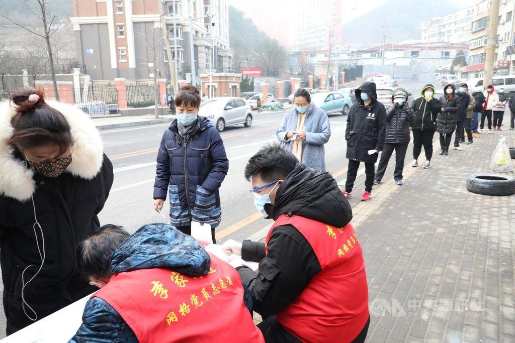 中國遼寧省大連市2020年12月中旬爆發武漢肺炎本土疫情迄今未息,當地官員於2021年1月4日指出這波疫情潛伏期長,有病例做了11次檢測才顯出陽性,原來的14天隔離標準不夠。圖為大連2020年12月23日進行全民檢測。(中新社提供)中央社 110年1月4日