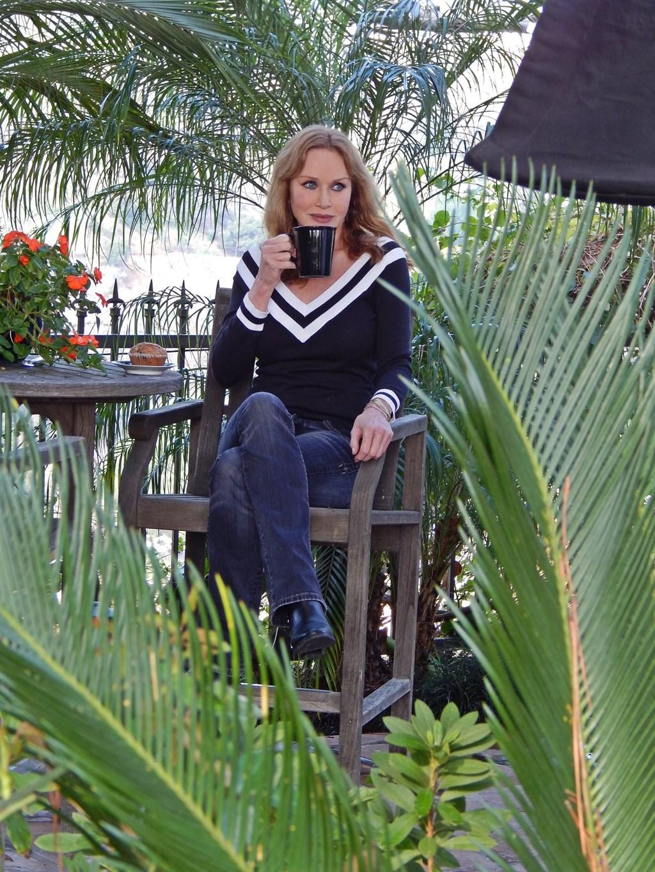 前龐德女郎及曾跨刀電視情境喜劇「70年代秀」的女星坦雅羅伯茲4日在洛杉磯辭世,享壽65歲。(圖取自facebook.com/Tanya.Roberts.Official)