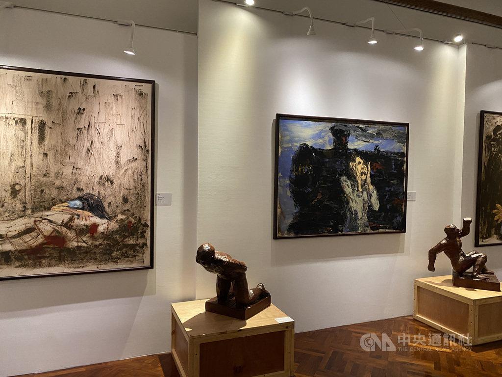 政治受難者陳武鎮藉由油畫、木雕等媒材,呈現台灣政治犯在二二八時期、白色恐怖時期的面貌。陳武鎮表示,他的創作主題一向都圍繞在人權,他的受難經歷也是創作的動力。中央社記者陳秉弘攝  110年1月5日