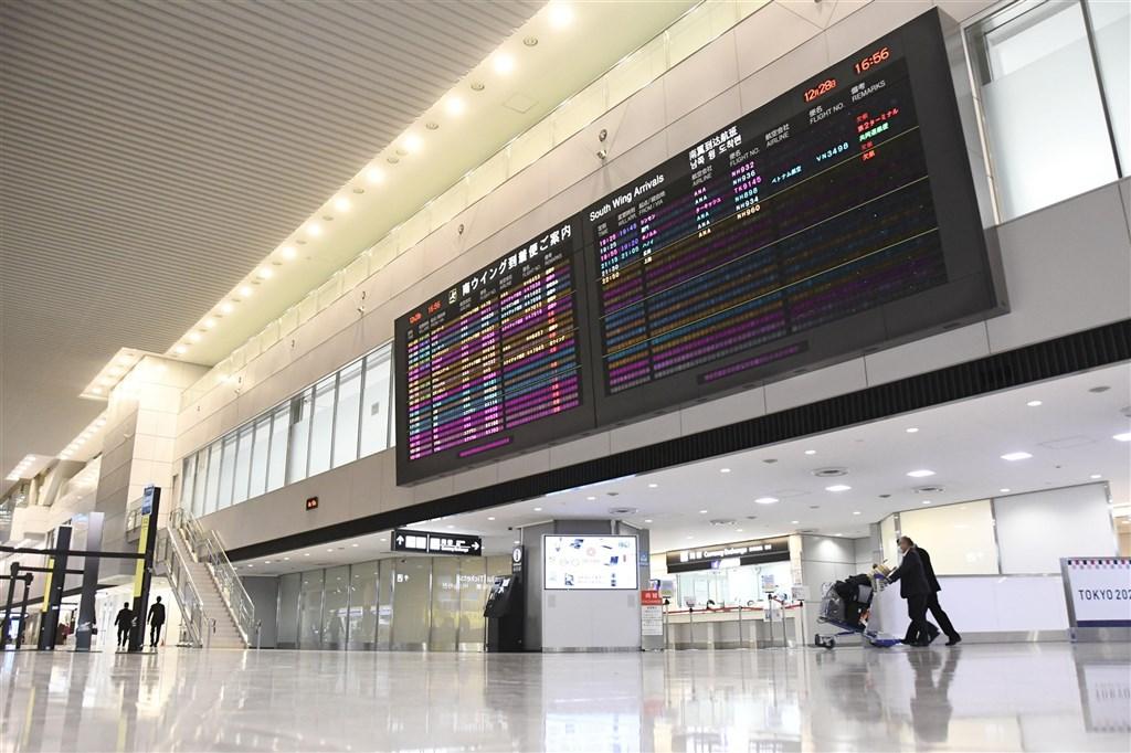 日本武漢肺炎疫情嚴峻,7日對首都圈發布緊急事態宣言,但持續開放11國商務人士入境。日本執政黨自民黨外交部會對此不滿,盼全面禁止外籍人士入境。圖為2020年12月28日成田機場國際線入境大廳。(共同社)