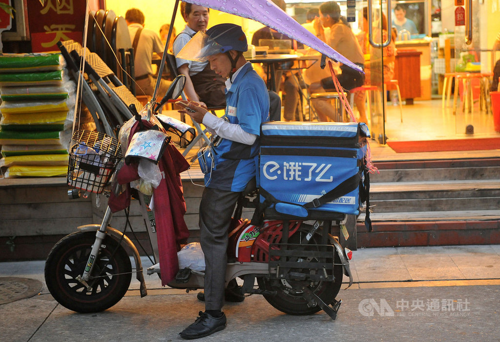 中國江蘇省一名承攬「餓了麼」配送的外送員近日因為討薪不成,憤而在大庭廣眾下自焚,引發輿論關注與官方調查。圖為廈門的餓了麼外送員正在候餐。(中新社)