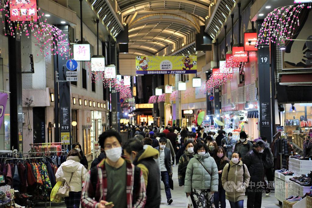 日本武漢肺炎疫情升溫,5日新增確診病例4915例,76人死亡,雙創新高紀錄。為了加強防疫,日本政府最快將於7日對首都圈發布緊急事態宣言。圖為元旦東京淺草商店街仍人潮眾多。中央社記者楊明珠東京攝 110年1月6日