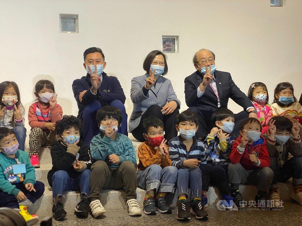 總統蔡英文(後排中)8日到新竹市三民國小視察學童營養午餐,並參觀剛完工啟用的三民國小附設幼兒園校舍,欣賞學生舞蹈與歌唱表演。中央社記者魯鋼駿攝 110年1月8日