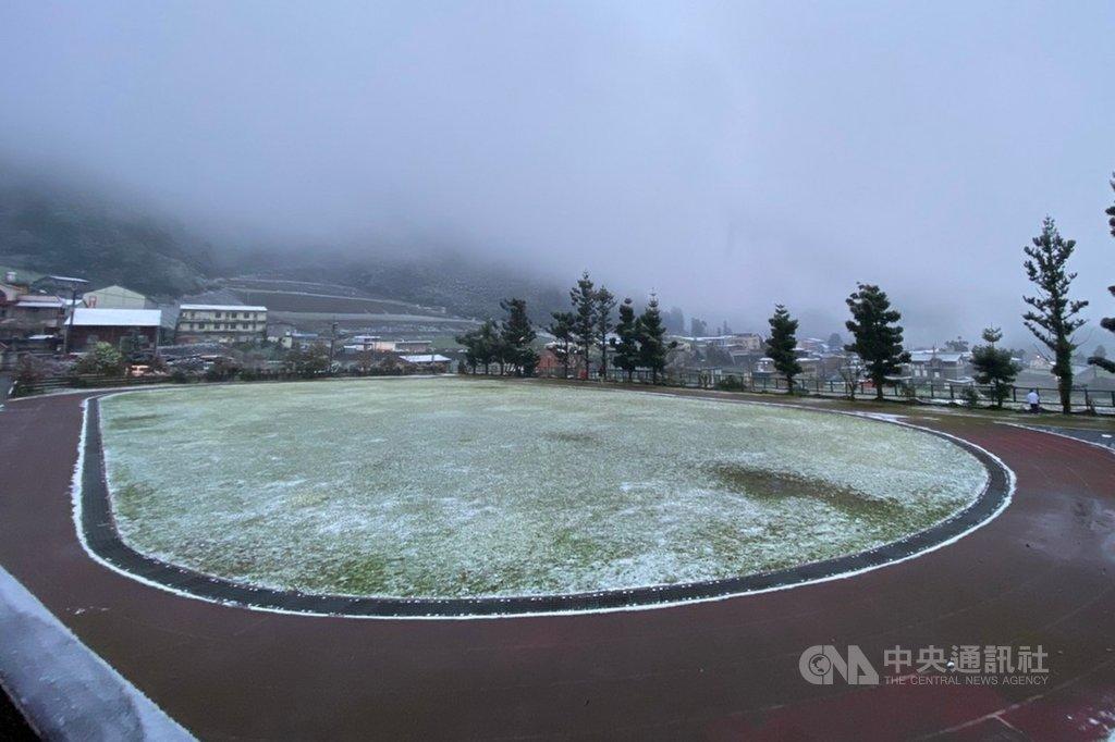 寒流來襲,海拔約1200公尺的宜蘭縣大同鄉南山地區8日也下雪,南山國小操場草地積雪約1公分。(南山國小提供)中央社記者沈如峰宜蘭縣傳真 110年1月8日