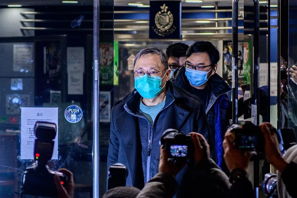 香港警方6日逮捕53名泛民主派人士引起國際關切,歐盟對外事務部及聯合國人權事務高級專員公署認為,「港區國安法」成為壓制異議者工具。圖為前香港大學法律學者戴耀廷(前中)7日晚間獲保釋。(法新社)