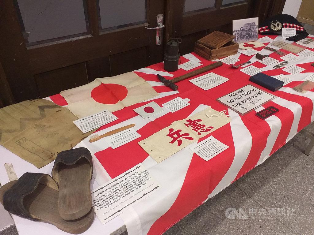 台灣戰俘營紀念協會(TPCMS)會長何麥克(Michael Hurst)推出有豐富第一手資料的日治台灣盟軍戰俘營歷史專書「永不遺忘」(Never Forgotten),9日舉行簽書及發表會,現場並展出前盟軍戰俘留下的文物。中央社記者陳韻聿攝 110年1月9日