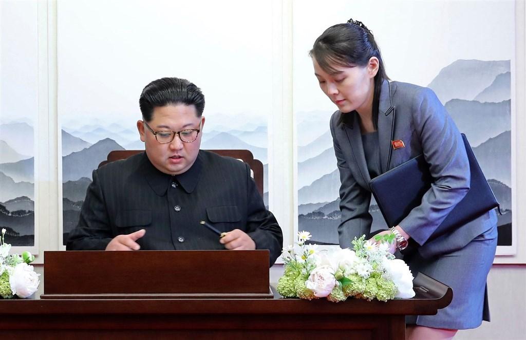 北韓中央通信社報導,執政黨勞動黨第8次全國代表大會推舉金正恩(左)為總書記。金正恩胞妹金與正(右)則從政治局候補委員中除名。圖為兩人2018年檔案照片。(美聯社)