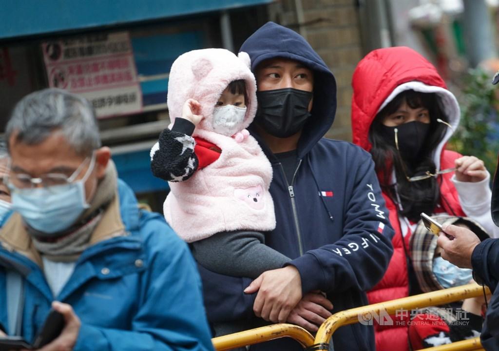 台灣今年冬季明顯偏冷,有接連3波寒流來襲,民眾出門大都層層包裹,做好保暖。(中央社檔案照片)