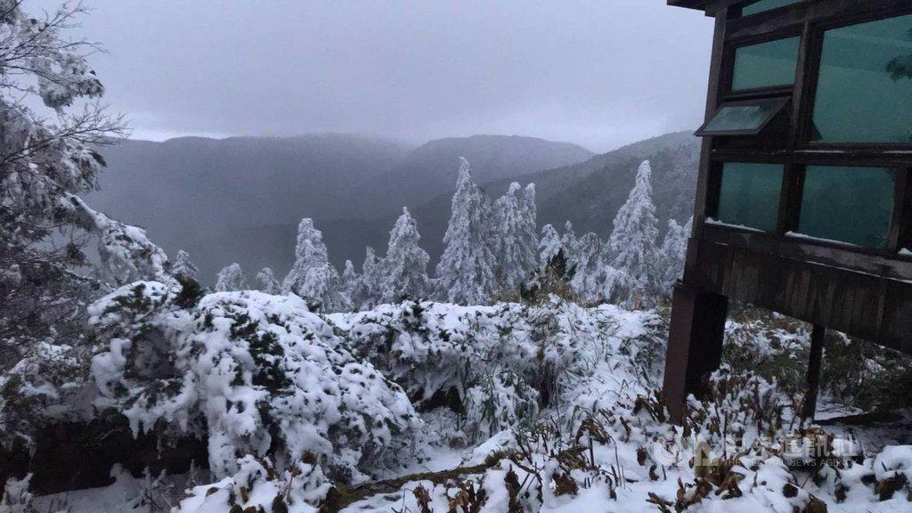 寒流來襲,太平山國家森林遊樂區11日上午8時許下起冰霰,雖然積雪逐漸融化,不過山林間一片雪白美景,仍讓遊客直呼彷彿置身國外,相當感動。(林務局羅東林區管理處提供)中央社記者王朝鈺傳真  110年1月11日
