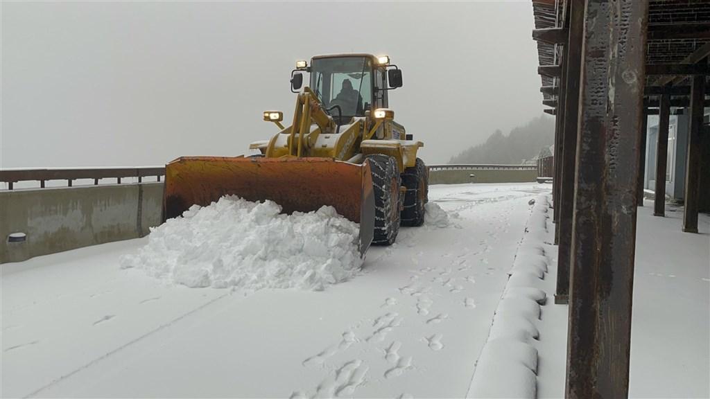 寒流襲台,配合充足水氣,合歡山11日凌晨開始降雪,直到清晨累積達5、6公分,創入冬最大雪量,公路總局派鏟雪車清除路面積雪,確保用路人行車安全。(民眾提供)中央社記者蕭博陽南投縣傳真 110年1月11日