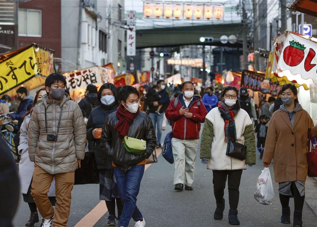 日本讀賣電視台報導,多名中央政府與執政黨相關人員透露,最快在13日就會對大阪府、京都府與兵庫縣發布緊急事態宣言。圖為大阪街頭民眾戴口罩防疫。(共同社)