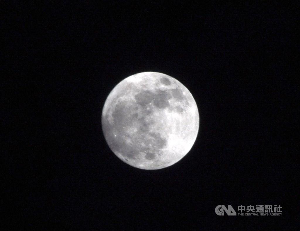 日本一項耗時20多年的研究發現,月亮靠近地球時的「超級月亮」現象,影響海岸地形改變。圖為月亮靠近地球時的超級月亮。(中央社檔案照片)