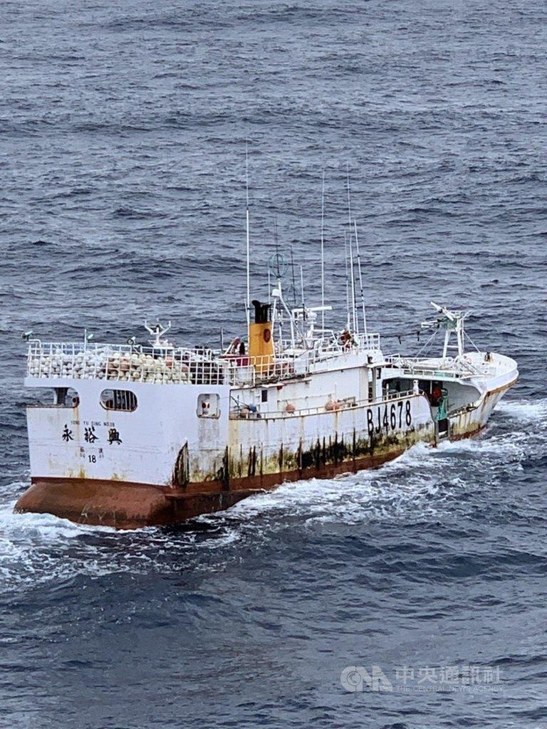 漁業署11日表示,台灣漁船上午已接觸到、找到失聯的蘇澳籍漁船「永裕興18號」,目前海象不佳難以登船,全力設法救援中。圖為美方9日拍攝的永裕興18號照片。(漁業署提供)中央社記者楊淑閔傳真 110年1月11日