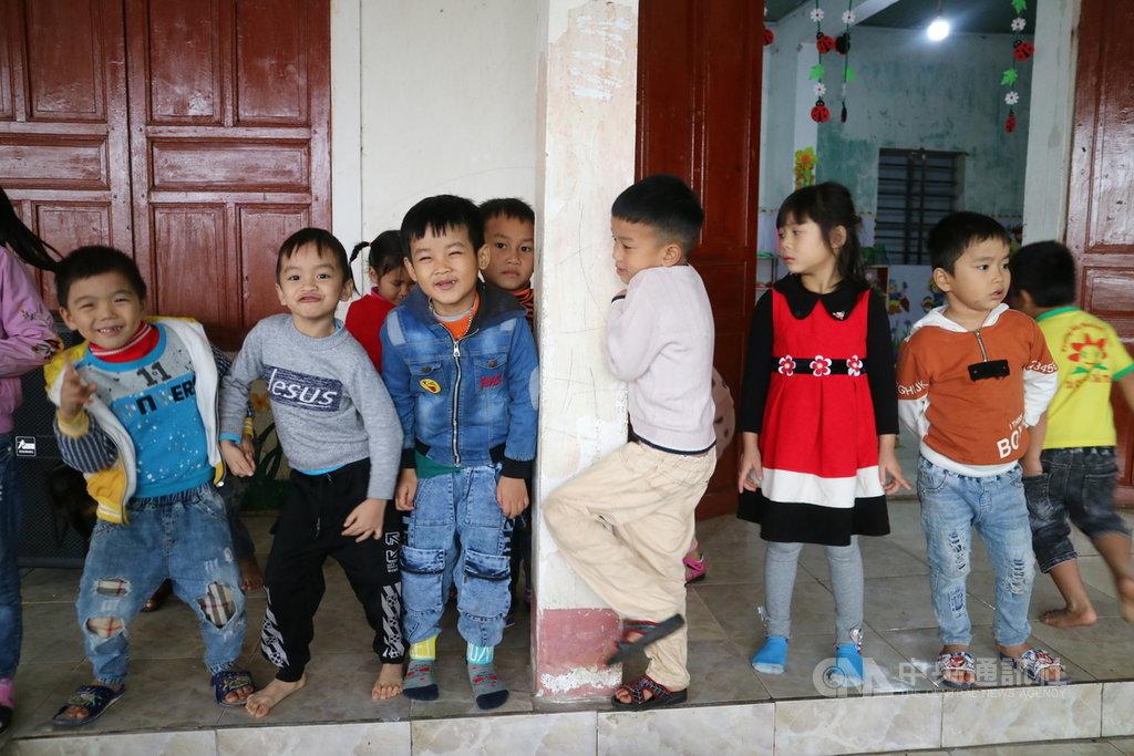 越南河靜省2020年受颱風侵襲,災情嚴重,台商籌募25億越南盾(約新台幣304萬元),盼協助受災幼童上學。圖為位於河靜省災區的奇盛幼兒園幼童,攝於110年1月7日。中央社記者陳家倫越南河靜攝  110年1月12日