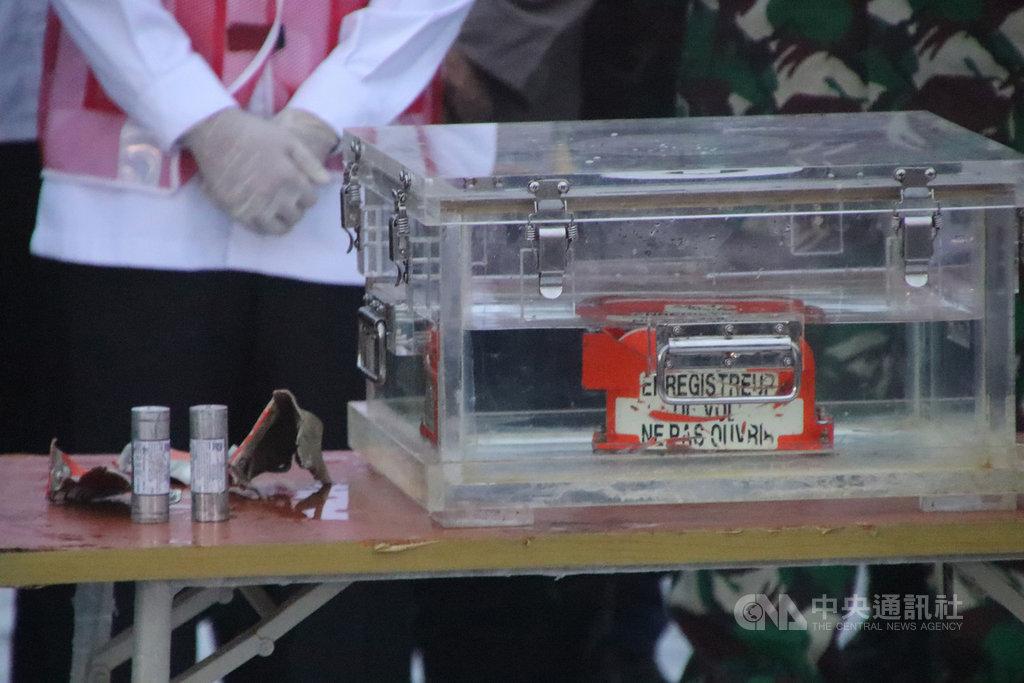 印尼一架三齊佛航空客機9日失事,印尼搜救人員12日尋獲黑盒子。中央社記者石秀娟雅加達攝 110年1月12日