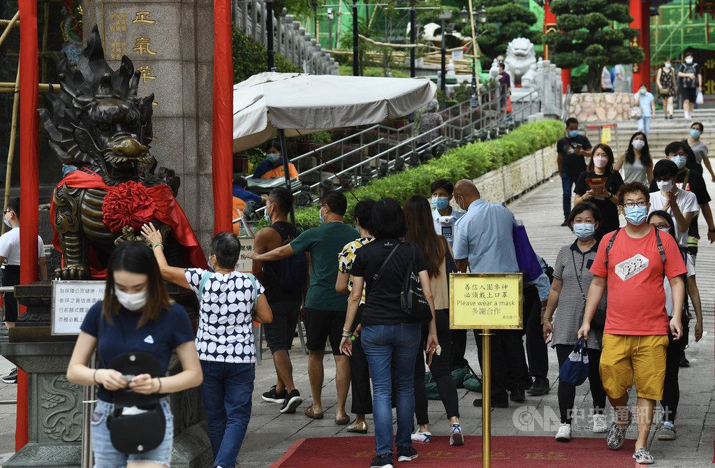 香港12日再添2019冠狀病毒疾病確診60例。港媒報導,由於疫情反覆,黃大仙祠上頭炷香等春節賀歲活動,恐難如常舉行。圖為2020年10月4日,因疫情一度暫停開放的黃大仙祠重開,實施嚴格防疫管制。(中通社提供)中央社 110年1月12日