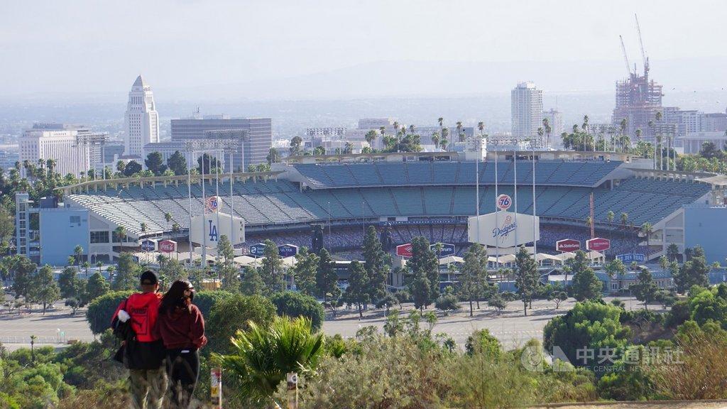 為了加速疫苗施打的進度,洛杉磯市政府近日宣布,原本做為檢驗站的道奇球場將改為疫苗施打處。中央社記者林宏翰洛杉磯攝 110年1月12日