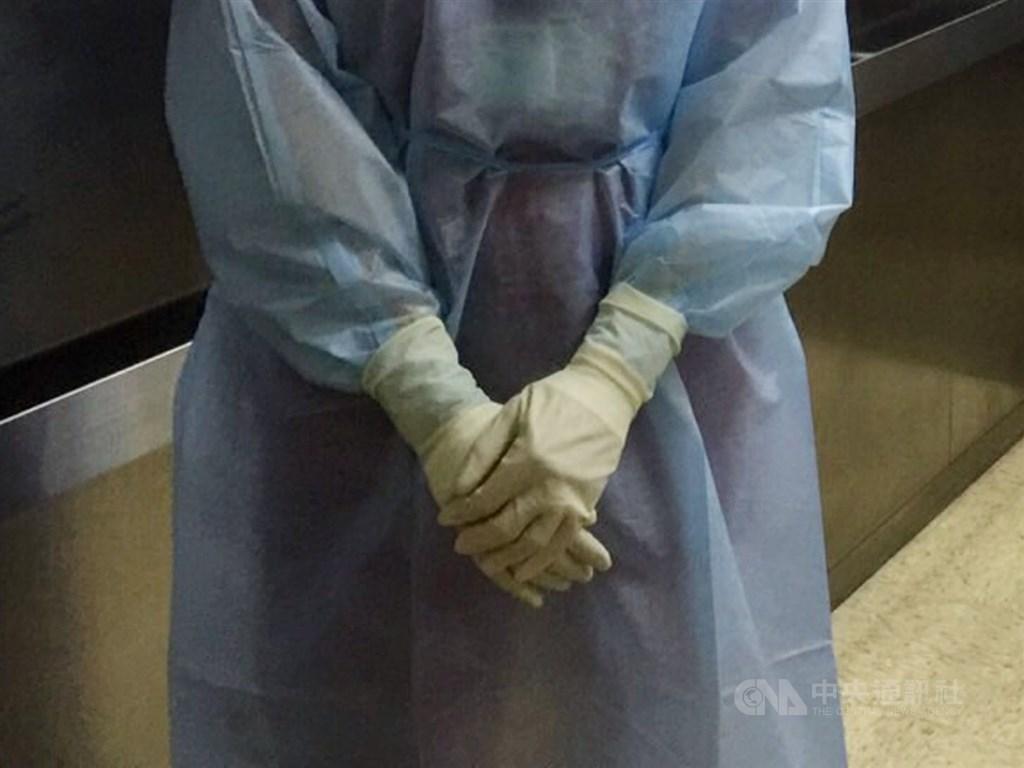 北部醫院群聚16日新增一名護理師確診,與個案同住的哥哥、爸爸都出現流鼻水症狀,已比照確診個案在醫院隔離並進行採檢。(示意圖/中央社檔案照片)