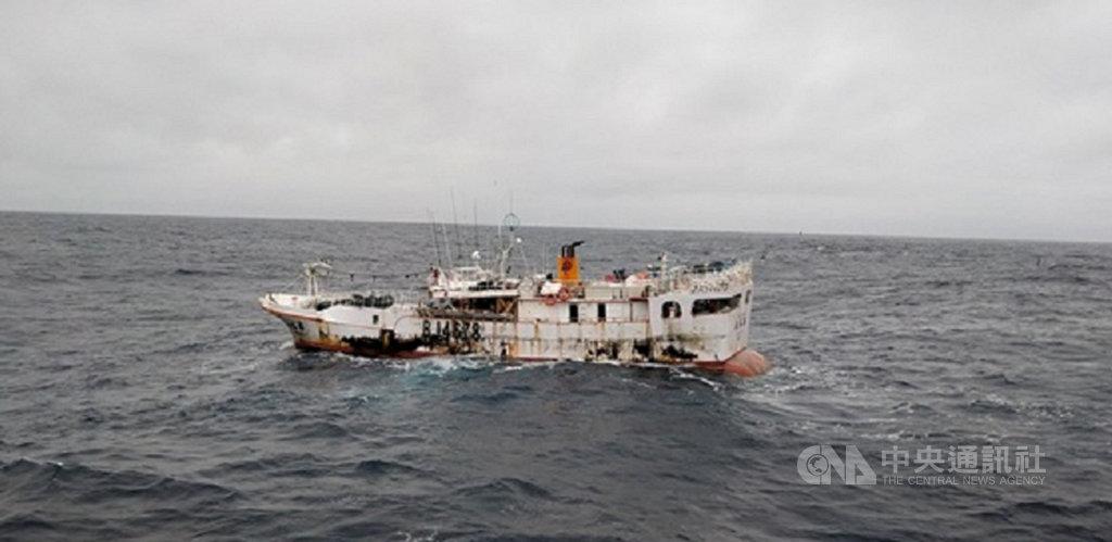 農委會漁業署12日表示,蘇澳籍「永裕興18號」漁船11 日上午台灣漁船觸及後就看不到船上有人,但因救生艇不見蹤影,不排除船上人員已逃生。(漁業署提供)中央社記者楊淑閔傳真 110年1月12日