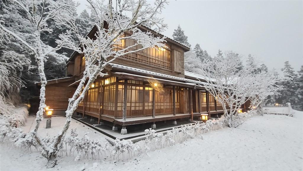 有著濃濃日式風味外觀的宜蘭太平山文史館,7日大雪紛飛之際,讓不少民眾覺得彷彿一秒來到日本。(林務局羅東林區管理處提供)