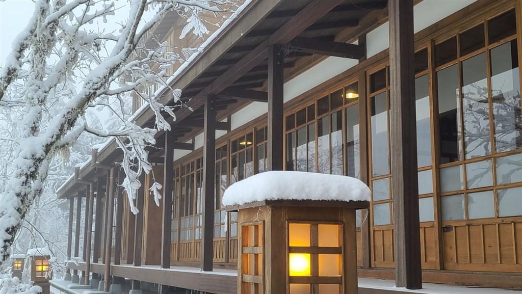 宜蘭太平山文史館7日大雪紛飛之際,讓不少民眾覺得彷彿一秒來到日本。(林務局羅東林區管理處提供)