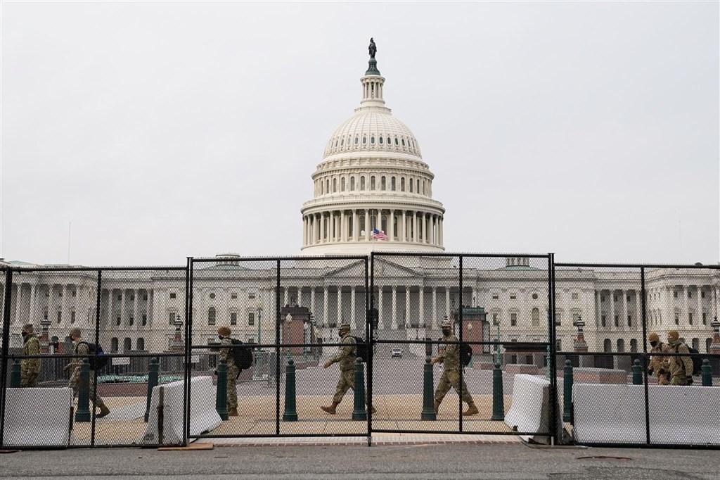 聯邦執法消息來源透露,聯邦調查局警告,有人計劃在拜登20日就職之前,在華府以及全美50州首府發動武裝抗議。總統川普已批准華府的緊急宣告,效期至1月24日止。圖為11日美國維安部門用安全圍欄環繞國會大廈。(路透社)