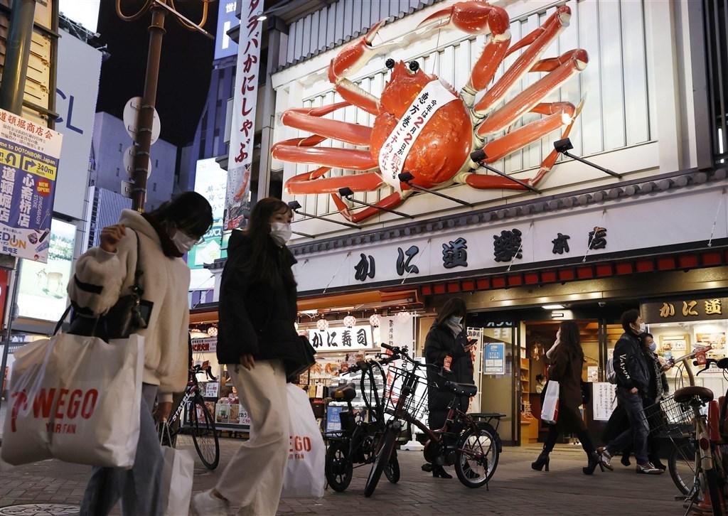 日本7日針對武漢肺炎疫情嚴峻的首都圈1都3縣發布緊急事態宣言後,其他地區疫情難抑制,政府預定13日宣布將大阪、京都、兵庫、愛知等7府縣也納為緊急事態宣言的對象。圖為大阪街頭民眾配戴口罩。(共同社)
