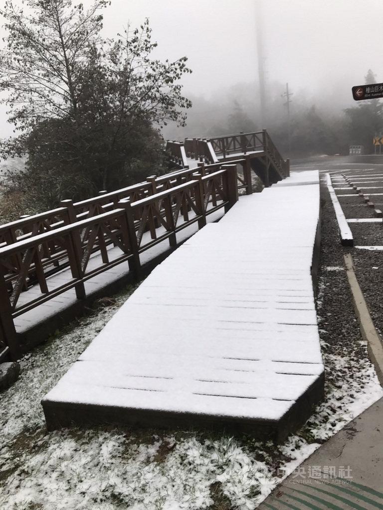 觀霧國家森林遊樂區12日降下今年入冬以來初雪,樂山林道6公里處觀景平台木棧道宛如覆上一層白色糖霜,但積雪不多,陽光露臉後已漸消融。新竹林管處提醒,園區步道、路面雪後溼滑,用路人應注意安全。(林務局新竹林管處提供)中央社記者管瑞平傳真  110年1月12日