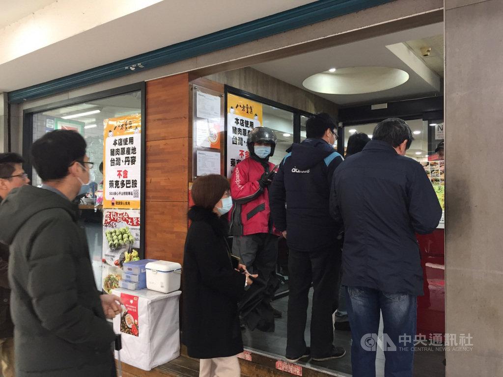 因應萊豬叩關,但非所有業者都能使用台灣豬證明標章、標示貼紙等,有店家張貼海報公告「本店使用豬肉原產地台灣、丹麥」及「不含萊克多巴胺」,並附上SGS安心平台檢驗專區條碼。中央社記者楊淑閔攝 110年1月13日