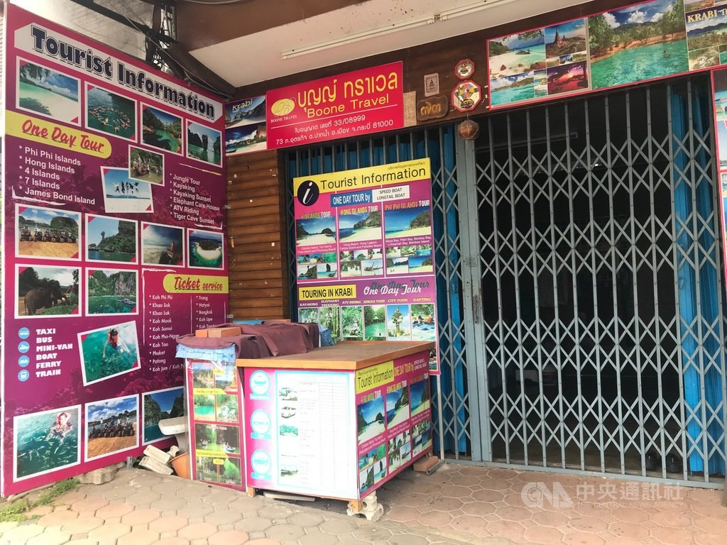 本該充滿觀光人潮的泰國喀比鎮(Krabi),因為武漢肺炎疫情影響,國內外觀光客寥寥無幾,旅行社一間接著一間關閉。圖片攝於109年12月30日。中央社記者呂欣憓喀比攝 110年1月13日