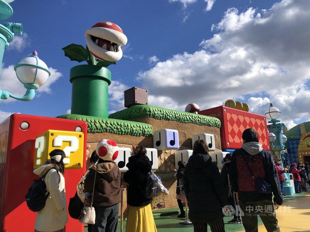 大阪環球影城「超級任天堂世界」內,強調以身體體驗「敲磚塊」和「音符」、食人花的嘴巴會動、金幣會轉、香菇會跑等遊戲,造景逼真有趣。中央社記者魏紜鈴大阪攝 110年1月13日