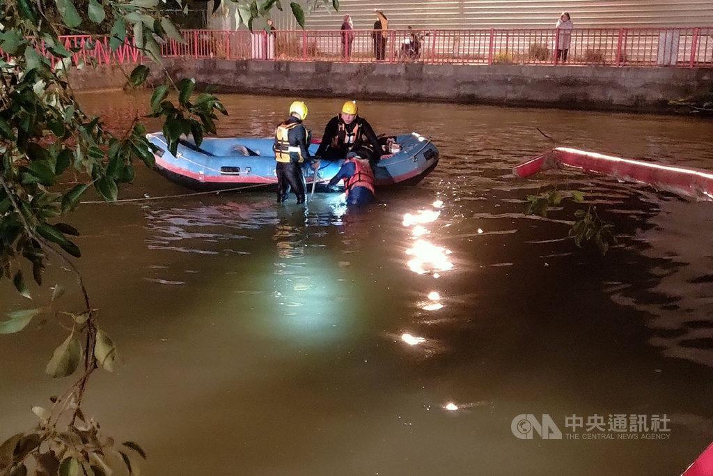 台南市消防局12日深夜獲報在歸仁區一處水池有休旅車落水沉沒,隨即出動人員及機具前往搜救。(讀者提供)中央社記者楊思瑞台南傳真  110年1月13日