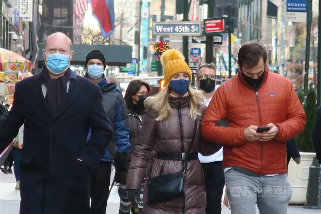 世衛數據顯示,英國首先發現的武漢肺炎變種病毒株已經蔓延到50個國家和地區。圖為紐約入冬後街頭民眾普遍戴口罩防疫。(中央社檔案照片)