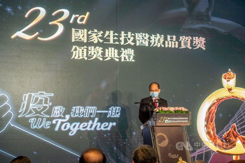 立法院長游錫堃今天表示,在中國大外宣對外宣稱民主不如具中國特色的社會主義,還好台灣的民主抗疫救了全世界。(游錫堃辦公室提供)中央社記者王承中傳真 110年1月13日