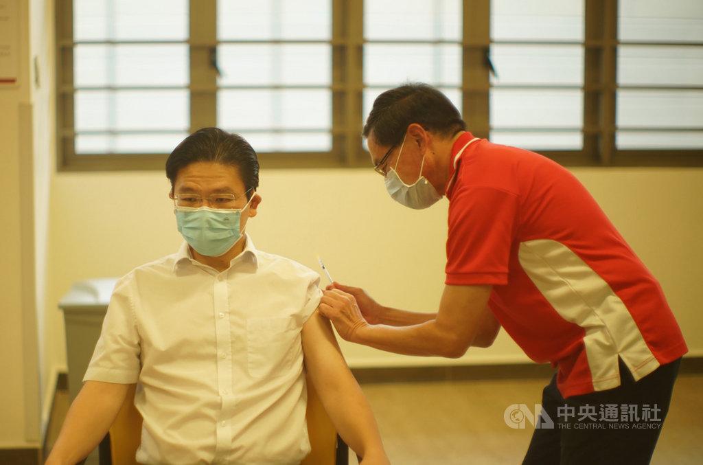 新加坡跨部會抗疫工作小組聯合領導人之一的教育部長黃循財13日在廣惠肇留醫院接種COVID-19疫苗。(新加坡通訊及新聞部提供)中央社記者侯姿瑩新加坡傳真 110年1月13日