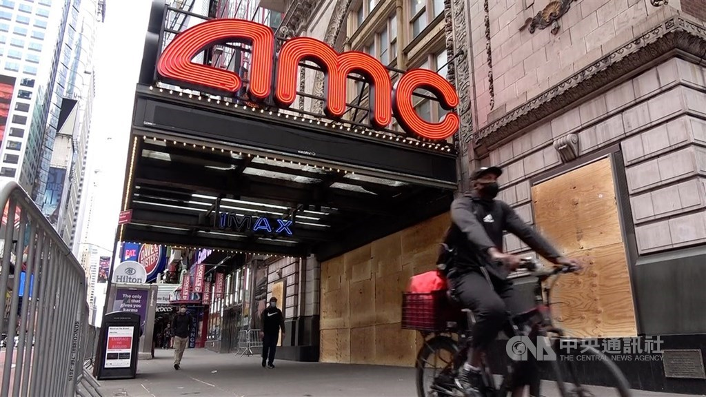 好萊塢電影2020年北美票房收入較2019年大跌80%創近40年最低,慘況前所未見。圖為紐約曼哈頓42街AMC戲院釘上木板,防範疫情期間反歧視示威者趁亂打劫。(中央社檔案照片)