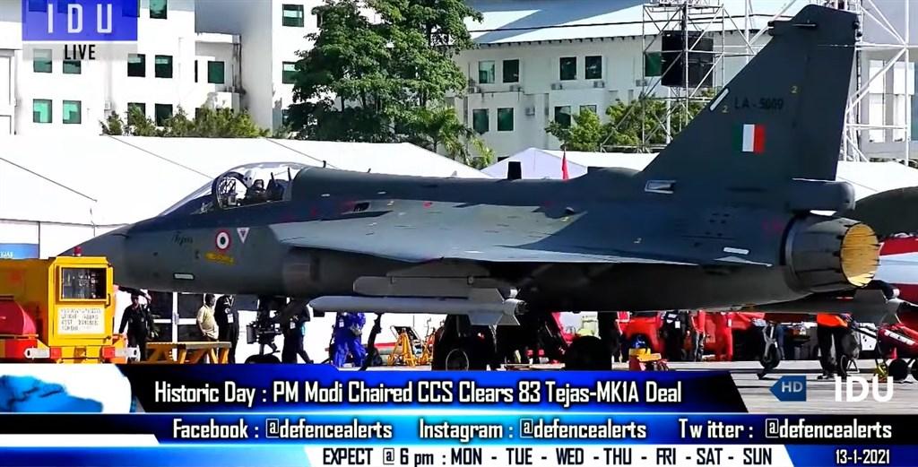 印度內閣安全委員會13日批准空軍以4800億盧比(約新台幣1838億餘元)採購83架本土自製光輝1A型戰機(Tejas Mark-1A)。(圖取自 Indian Defence Updates YouTube頻道網頁youtube.com)