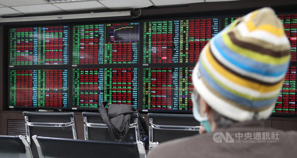 台北股市13日開高走高,收盤大漲269.28點,為15769.98點,漲幅1.74%,成交金額新台幣3607.90億元。中央社記者張新偉攝 110年1月13日