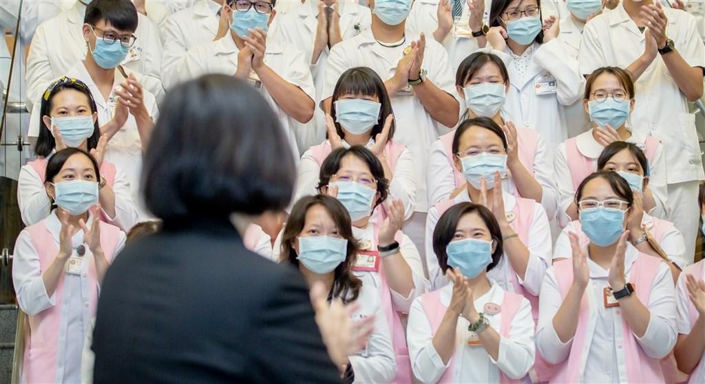 總統蔡英文(前)13日表示,此時此刻不需要政治口水,不需要急著譴責醫護人員,更不需要用「開除醫師」這樣的風涼話來打擊前線士氣。(圖取自facebook.com/tsaiingwen)