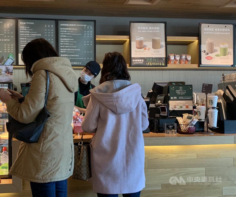 大江購物中心遭誤列染疫醫師足跡,經停業消毒後13日恢復營業,有客人前往購買咖啡。中央社記者葉臻攝  110年1月13日