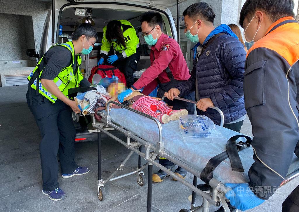 一名林姓女子14日下午駕駛自小客車送家人回花蓮縣和平村,家人下車後,疑因沒注意到2歲林姓女童在車頭左前方而撞上輾過,消防人員獲報到場時女童已呈OHCA (到院前心肺功能停止),緊急送醫仍宣告不治。(民眾提供)中央社記者張祈傳真 110年1月14日