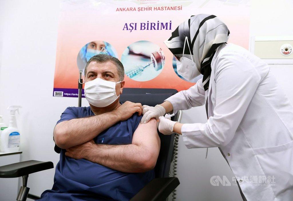土耳其13日批准緊急使用北京科興武漢肺炎疫苗,衛生部長克扎(左)在安卡拉巿醫院率先接種,全國醫療工作者14日起可開始施打。(土耳其衛生部提供)中央社記者何宏儒安卡拉傳真  110年1月14日